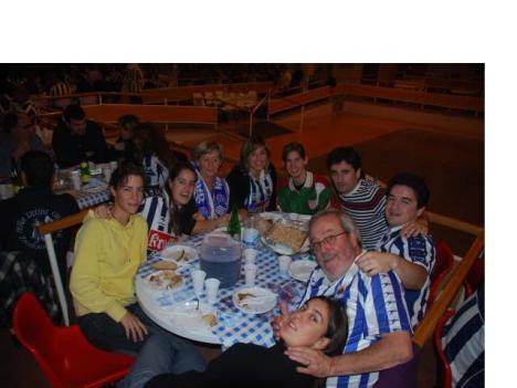 Una de las mesas con aficionados comiendo en el Pla de Santa Maria