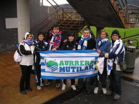 Peñistas de Aurrera Mutilak con otras jugadoras realistas en el exterior de Lezama.