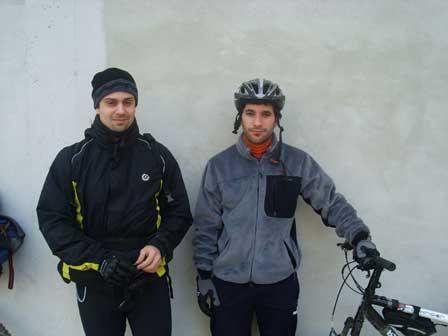 Los dos realistas posando ayer antes de iniciar su larga andadura txirrindulari.