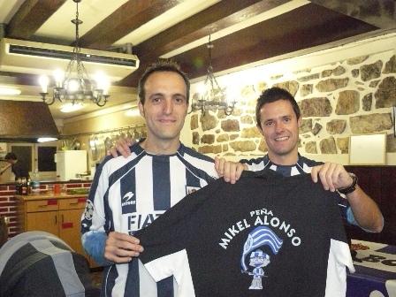 La peña Mikel Alonso hizo entrega de una camiseta a miembros de la peña Gure-borda