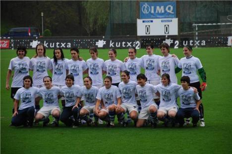 El equipo femenino de la Real Sociedad saló al terreno de juego con unas camisetas de apoyo a Iñigo Diaz de Cerio.