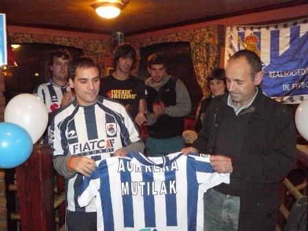 Luis recoge la camiseta de la Real Sociedad de manos de Juanjo Bueno.