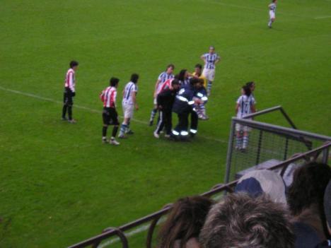 Momento en el que la jugadora realista Maite es retirada del terreno de juego por lesión. (GORA)