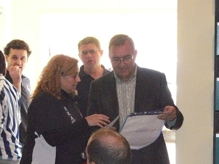 Entrega del banderin de la Real Sociedad con la firma de todas las peñas al alcalde del Pla de Santa Maria, Mateu Monserrat.