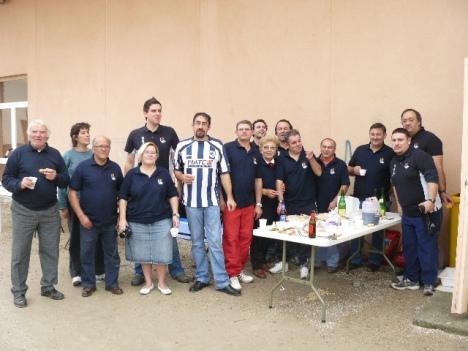 """Los miembros de la peña Txi¡uri Urdiña de Tarragona con otros """"ayudantes de cocina"""""""