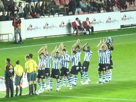 Los jugadores realistas se giran antes de comenzar el partido para saludar a los aficionados reaalistas que se encontraban concentrados en el córner sur.