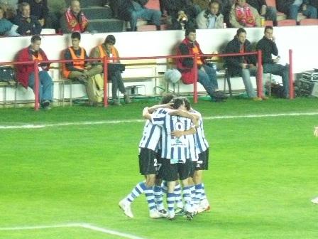 Los jugadores realistas hacen piña celebrando el primer gol.