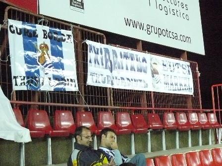 Algunas de las pancartas de peñas realistas colocadas en el Nou Stadi.