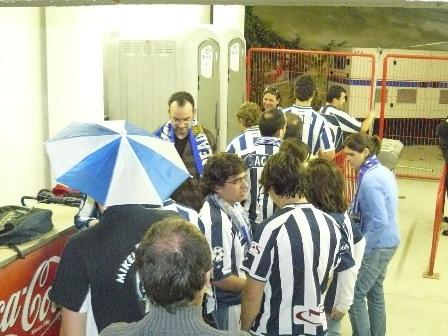 Las colas para usar los dos unicos baños que se colocaron para los aficionados realistas, fueron largas durante todo el partido.