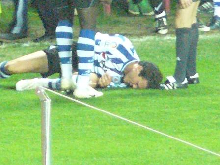Castillo sufrió una dura entrada y tuvo que ser atendido en el césped.