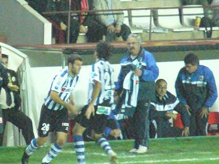 Agirretxe sale al terreno de juego sustituyendo a Charly Martinez.