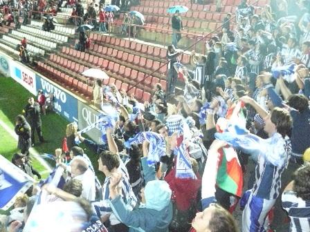Los aficionados festejan la consecución del segundo gol realista.