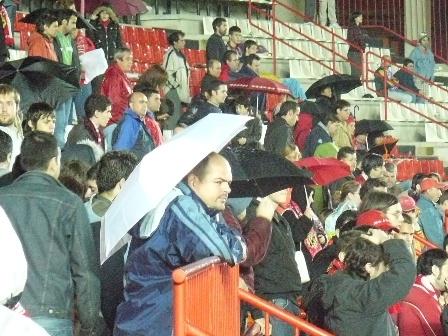 La afición tarraconense si pudo taparse con los paraguas.