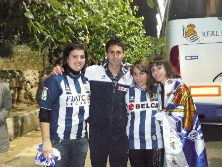 Sergio con tres jóvenes aficionadas realistas.