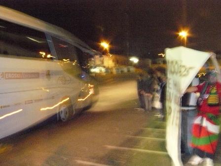 Aunque borrosa, se ve que tres aficionados se pusieron delante del bus de la Real Sociedad cuando salia del Nou Estadi despues del partido.