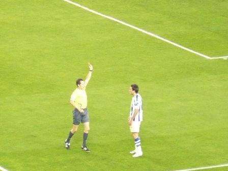 El colegiado Gonzalez Gonzalez muestra la amarilla a Xabi Castillo.