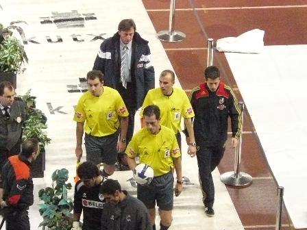 Gonzalez Gonzalez se retira a los vestuarios acompañado de sus auxiliares.