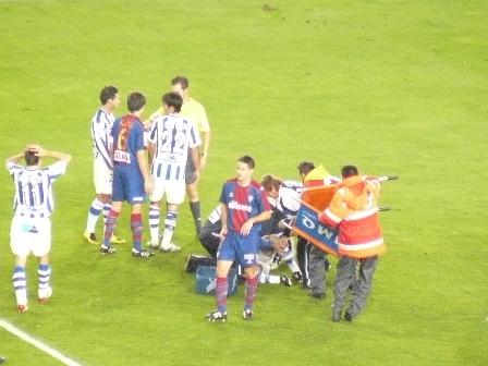 Iñigo es atendido en el terreno de juego mientras los jugadores de ambos equipos se preocupan por su lesión. Mikel Aramburu se echa las manos a la cabeza dandose cuenta de la importancia de la lesión.