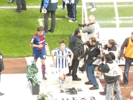Los capitanes de la Real Sociedad y del Eibar se dirigen a los vestuarios para preguntar al colegiado a ver si el partido continúa o no.