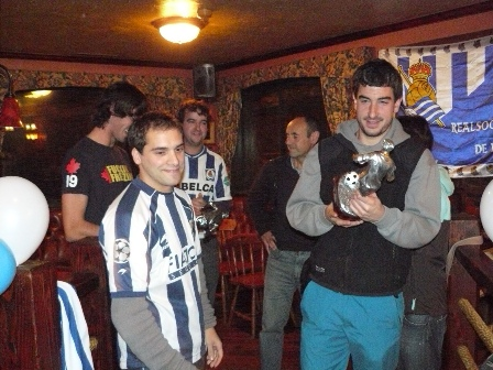 Eñaut recoge el trofeo entregado por Luis, el presidente de la peña Aurrerá Mutilak.