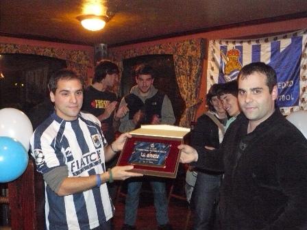 Joserra, presidente de la Federaciçon de Peñas de la Real Sociedad y Presidente de la peña Txirritako, entrega una placa de su peña a Luis, presidente de la peña Aurrera Mutilak.