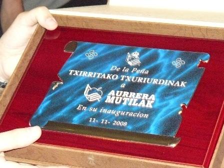 Placa entregada por la peña Txirritako.