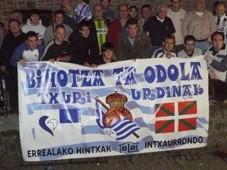 """Miembros de la peña """"Biotza ta odola txuri-urdiñak"""" posando ayer junto a Markel Bergara y Xabi Castillo."""