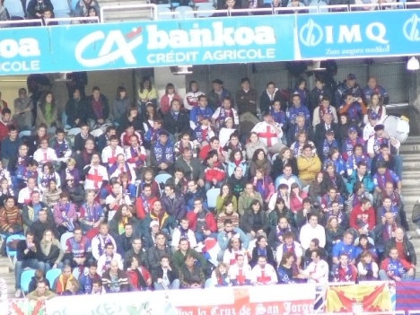 Casi 800 aficionados del Huesca se acercaron a Anoeta para animar a su equipo.