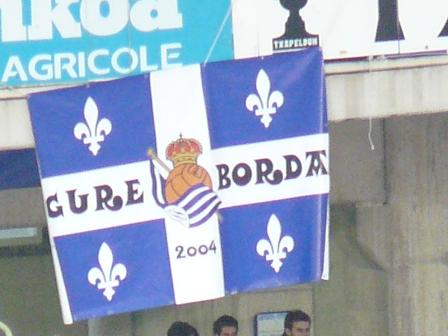 La bandera de Gure Borda no faltó a su cita en Anoeta.