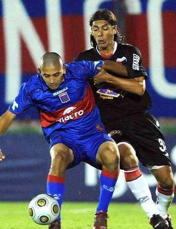 Chino Luna, autor de los 2 goles del Tigre controla el balon ante Goux del Colon