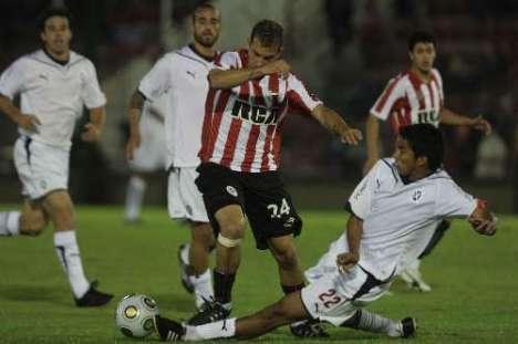 El jugador del Independiente Ledesma corta el balon a Sanchez Prette del Estudiantes