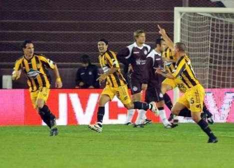Los jugadores del Rosario Central corren a celebrar su gol al Lanus