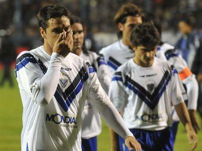 Los jugadores del Velez se retiran cabizbajos tras la derrota ante el Gimnasia la Plata