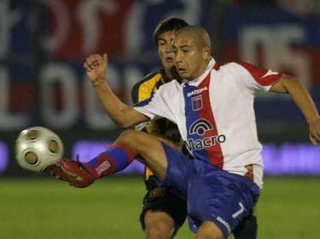 Chino Luna del Tigre trata de llevarse un balon ante un defensor del Central
