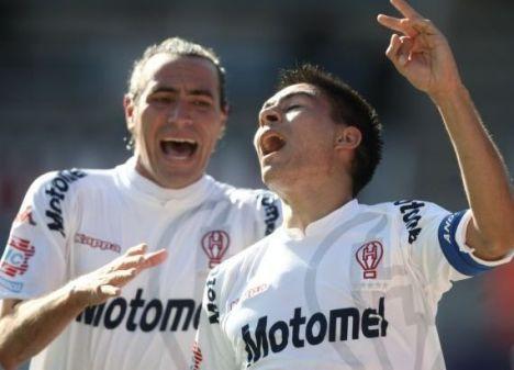 Golz del Huracan celebra su gol con su compañero Arano