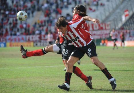 Goux de Colon despeja el balon ante Calderon del Estudiantes