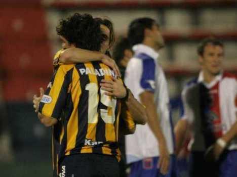 Los jugadores de Rosario Central celebran un gol ante la mirada perdida del vasco Arruabarrena del Tigre