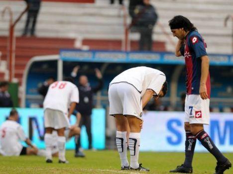 los jugadores del Independiente desolados tras sufrir una nueva derrota