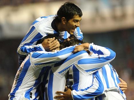 los jugadores del racing celebran un gol al Gimnasia Jujuy