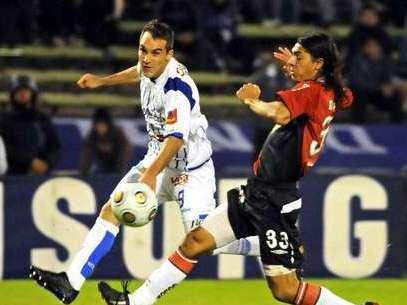 Rivarola corta un avance de un jugador del Godoy Cruz