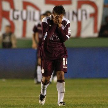 Salvio del Lanus llora la goleada recibida contra el Arsenal