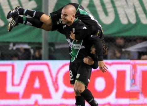 Silva, de Banfield, celebra uno de sus goles de esta curiosa manera