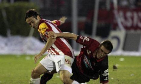un delantero del San Martin de Tucuman se va de la defensa del Newel,s