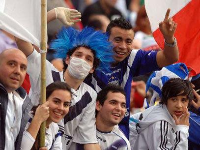 Algunos hinchas fueron al partido con sus mascarillas para protegerse de la Gripe A, como este del Velez