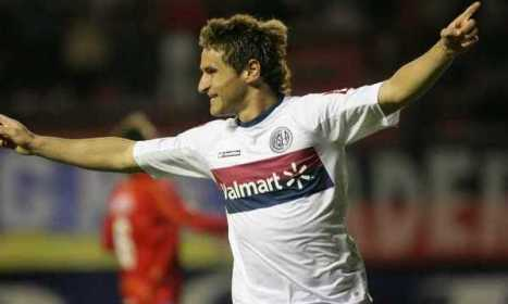 Berggesio del San Lorenzo celebra uno de sus goles al Argentinos