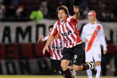 Calderon celebra su gol al River