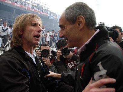Los entrenadores de Velez, Gareca y Cappa del Huracan se desea suerte antes del partido