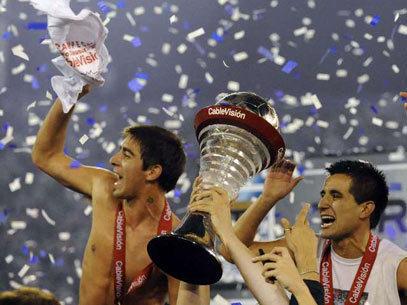 Celebración con la copa de Vélez