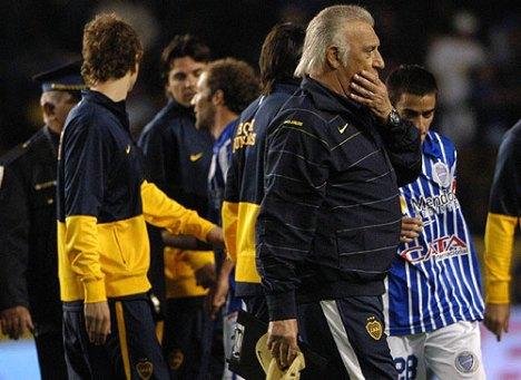 el entrenador de Boca basile dimitio despues del partido , pero su club no acepto la dimision