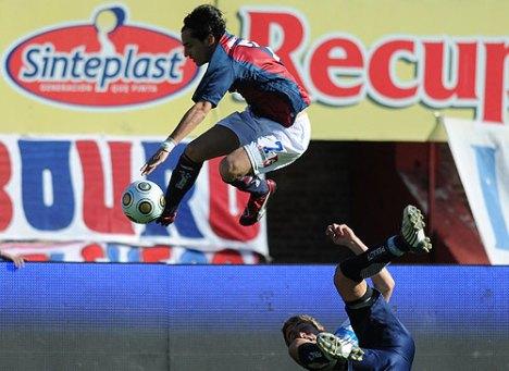 espectacular control en el aire del jugador del San Lorenzo Menseguez